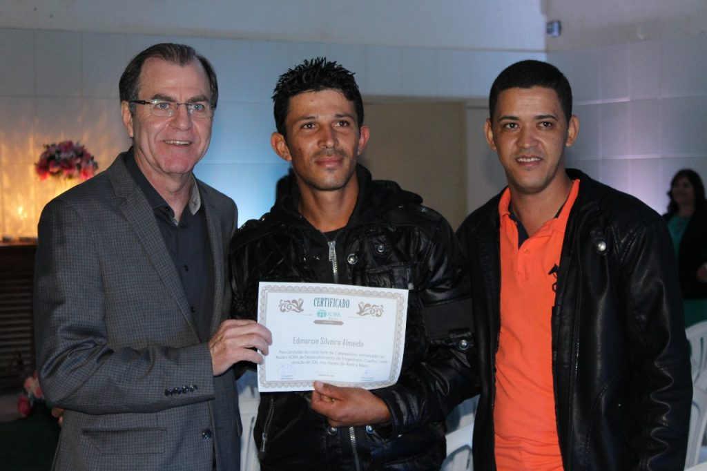 Ao meio, Edimarcio exibe seu certificado junto ao Pastor Ivo Suedekun