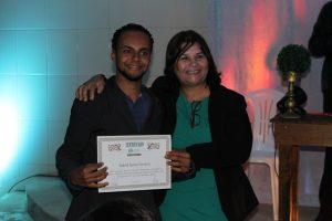 Dalva Pacanaro, coordenadora do projeto, entrega certificado