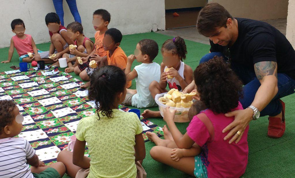 Há mais de 1 ano, o empresário Philipe Batista de Freitas é parceiro da ADRA, doando o pão quentinho para as crianças da Casa de Acolhimento de Vila Velha